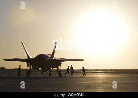 Les Marines américains avec Marine Fighter Attack Squadron VMFA-121 (121), 3rd Marine Aircraft Wing, réaliser la première charge à chaud sur un F-35B Lightning II à l'appui d'armes et tactiques des instructeurs (WTI) 1-17 au Marine Corps Air Station Yuma (Arizona), le 22 septembre 2016. Photo par Aaron James lié/U.S. Marine Corps/UPI