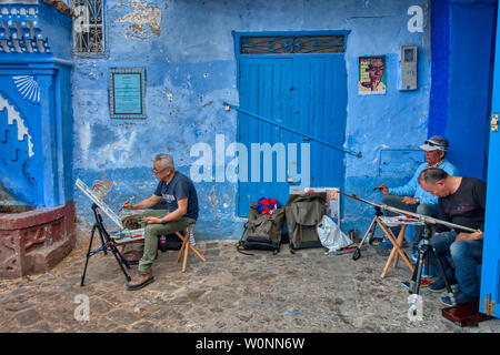 Chefchaouen, Maroc - Mai 03, 2019: les touristes asiatiques peinture photos sur une belle rue de la ville touristique de Chefchaouen, au nord du Maroc