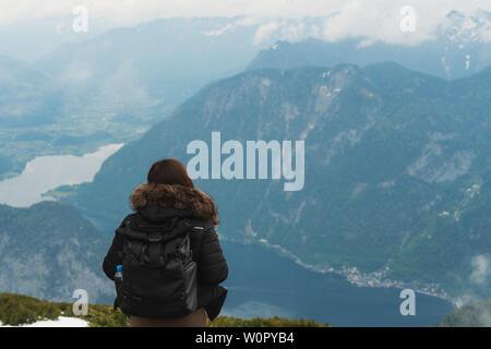 Une fille avec un sac à dos à la belle vue aérienne de la montagne et de la ville de Hallstatt en Autriche en été Banque D'Images