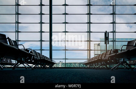 Les sièges des passagers en salle d'embarquement à l'aéroport. Intérieur du terminal de l'aéroport. Chaises en zone de départ de l'international à la porte. Transports Banque D'Images