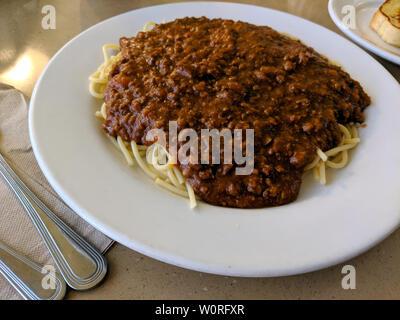 Spaghettis à la plaque avec 2 morceaux de pain à l'ail Zippy's. Banque D'Images