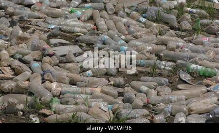 Une rivière de pollution: les bouteilles en plastique laissés par les campeurs jeté les déchets à une rivière, le nord d'Israël, Août 19th, 2017.