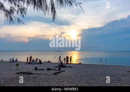 Koh Phangan, Thaïlande - 26 Avril 2019: foule assis sur le sable et regarder le coucher du soleil à plage Zen au Sri Thanu Banque D'Images