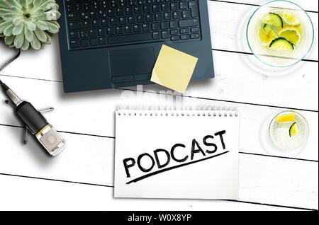 Concept d'enregistrement de podcast, vue du dessus de l'ordinateur portable et d'un microphone sur une table en bois rustique Banque D'Images