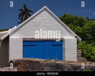 Bermudes magnifiquement entretenu avec bâtiment fraîchement peint bleu vif des portes. Situé sur une petite rue Saint Georges, c'est un doit voir, près de l'église. Banque D'Images