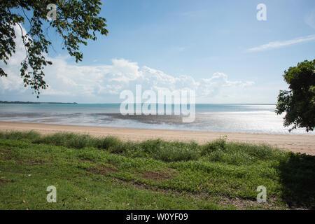 Vue sur la mer de Timor à East Point réserver avec empty beach in tropical Darwin dans le Territoire du Nord de l'Australie