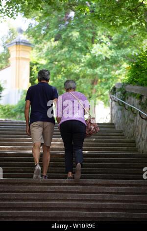 Les retraités se tenant la main et profiter de temps de printemps visites dans la campagne autrichienne sur une vacance européenne. Luxury European River Cruise. Banque D'Images