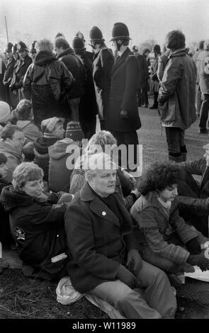 Bruce Kent, Greenham Common womens camp de paix. Kent est un activiste politique britannique et un ancien prêtre catholique. Active dans la campagne pour le désarmement nucléaire CND. 1980 1983 UK HOMER SYKES Banque D'Images