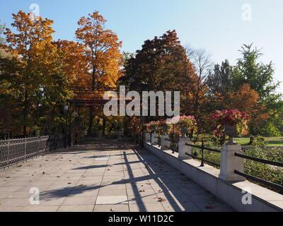 Jardin paysage avec alley à Varsovie, capitale européenne de la Pologne en octobre 2018 sur