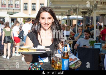Poznan / Pologne - belle fille, noodles plaques et souriant. Banque D'Images