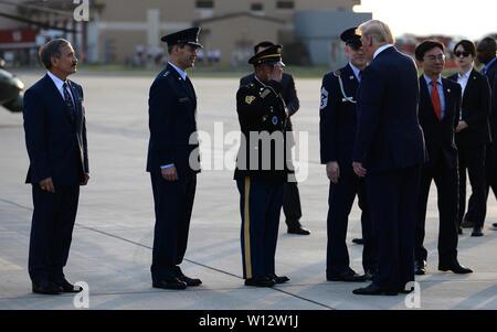 Le Commandement de l'armée américaine le Sgt. Le Major Walter Tagalicud, sergent-major de commandement, les forces américaines en Corée, salue le Président Donald J. Trump sur l'aire à Osan Air Base, République de Corée, le 29 juin 2019. Les membres du Service en poste à travers la péninsule coréenne conduite un éventail complet de missions conjointes qui prévoient la défense de 51 millions de personnes dans la République de Corée. (U.S. Photo de l'Armée de l'air par le sergent. Sergio A. Gamboa)