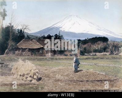[ 1890 ] Le Japon - Mont Fuji - Vue du Mt. Fuji de Mishiku Village près de Gotemba, préfecture de Shizuoka. 19e siècle vintage albumen photo. Banque D'Images