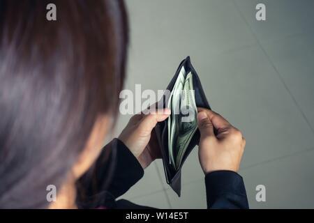 Femme de prendre de l'argent dollar billets de wallet