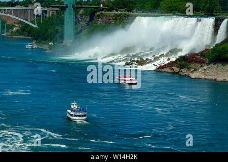 Le Maid of the Mist VI & les bateaux touristiques Hornblower à Niagara Falls, Ontario, Canada Banque D'Images
