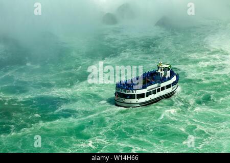 Le Maid of the Mist bateaux touristiques à Niagara Falls, NY USA Banque D'Images