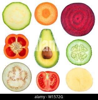 Tranches de légumes isolées. Collection de légumes (courgette, carotte, betterave, poivron, avocat, concombre, aubergine, tomate, pomme de terre) je Banque D'Images