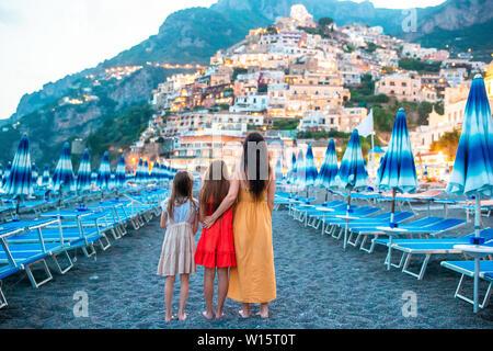 Famille en face de Positano sur la côte amalfitaine en Italie dans le coucher du soleil Banque D'Images