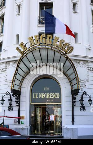 Drapeau tricolore français sur l'entrée de l'Hôtel Negresco sur la fête nationale française à Nice, France Banque D'Images