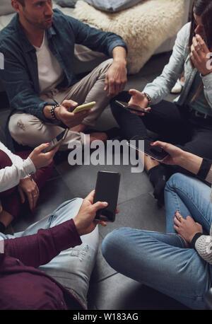 Groupe de personnes dépendantes de s'amuser ensemble avec les téléphones intelligents - Technologie concept avec en ligne avec les cellulaires millénaire