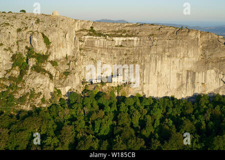 Sanctuaire construit sur une corniche sur un rocher et une chapelle construite sur une falaise (vue aérienne). Sanctuaire de la Sainte-Baume, Plan d'Aups, Provence, France. Banque D'Images