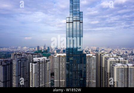 Matin de grande hauteur à Ho Chi Minh Ville avec vue sur le quartier financier, le centre-ville et la rivière. L'un des édifices les plus hauts du monde.