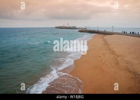 Belle plage dans la ville de Cadix, Andalousie
