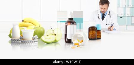 Diététiste nutritionniste médecin prescription assis au bureau bureau avec Apple, le yogourt, les médicaments et le ruban mètre, et l'équilibre sain