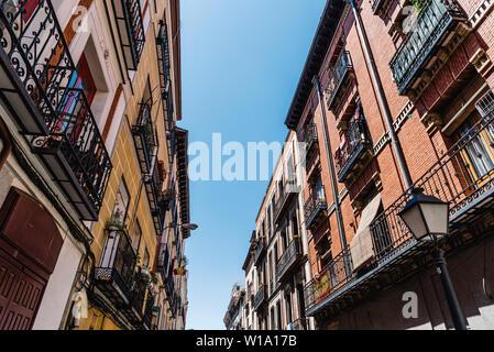 Paysage urbain de quartier Malasana à Madrid. Malasana est l'un des quartiers les plus branchés de la ville