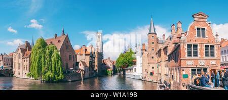 Vue panoramique sur la ville avec tour du beffroi et le célèbre canal de Bruges, Belgique.