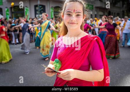 Berlin, Allemagne - le 9 juin 2019: douce jeune fille en face de Indian dancegroup sur le défilé de carnaval des cultures Karneval der Kulturen - 7 hôtels une mult Banque D'Images