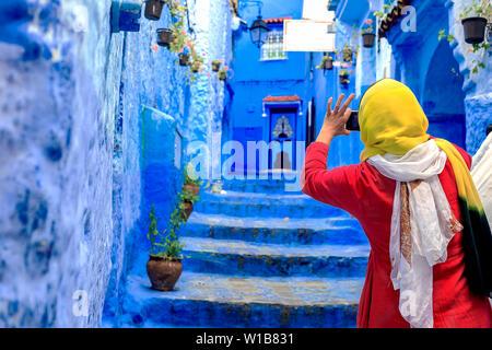 Chefchaouen, Maroc - 24/04/2019: les touristes prenant des photos à Chefchaouen, une belle ville au nord du Maroc a visité par les touristes du w