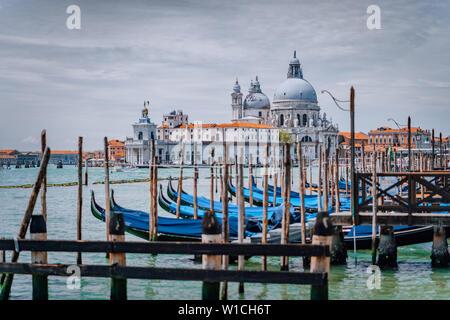 Venise vue sur la basilique Santa Maria della Salute et gondoles sur le Grand canal. Célèbre attraction touristique, visite d'une ville d'été.