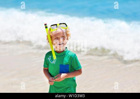 Plongée pour les enfants. Relations sérieuses in Beach. Les enfants formations de pmt en mer tropicale sur la famille vacances d'été sur l'île exotique. Enfant avec masque et palmes. Voyager avec de jeunes k Banque D'Images