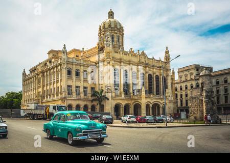Vieille voiture classique et l'ancien Palais présidentiel, le Musée de la révolution dans la Vieille Havane, Cuba, Antilles, Caraïbes, Amérique Centrale