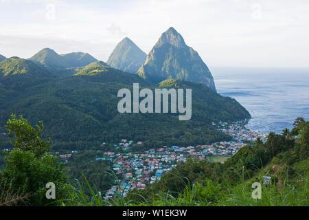Vue de les Pitons, l'UNESCO, à partir de la colline au-dessus de la ville et de la mer des Caraïbes au-delà, la Soufrière, Sainte-Lucie, îles du Vent, Petites Antilles Banque D'Images