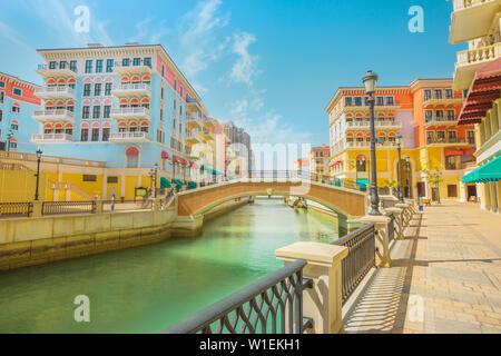 Belle petite Venise avec des canaux reliées par des ponts en style vénitien et maisons colorées de Qanat Quartier, Venise au Pearl, Doha, Qatar