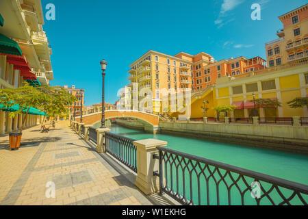 Belle petite Venise avec des canaux reliées par des ponts de style vénitien, Qanat Quartier, Venise au Pearl à sunset light, Doha, Qatar