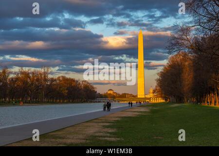 Avis de Lincoln Memorial Reflecting Pool et Washington Monument au coucher du soleil, Washington D.C., Etats-Unis d'Amérique, Amérique du Nord Banque D'Images