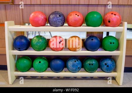 Boules de couleur sur bois multi ligne rack Banque D'Images