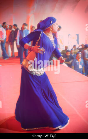 La danse membre de la communauté Hijra, pour un usage éditorial uniquement, Allahabad Kumbh Mela, le plus grand rassemblement religieux, de l'Uttar Pradesh, Inde Banque D'Images