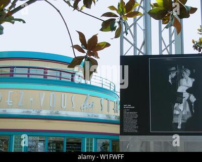"""Restaurant à Walt Disney Studios Park, rendez-vous des stars, et une affiche publicitaire de Marilyn Monroe's """"sept ans Itch' ('Sept ans de réflexion'): Disneyland Paris, France Banque D'Images"""