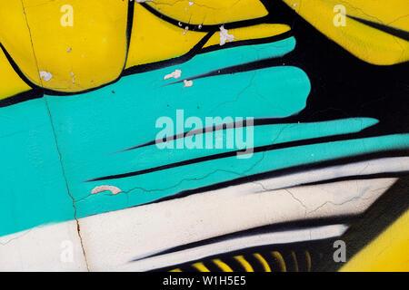 Fragment de mur lumineux avec l'ancienne peinture écaillée dans coloré couleurs, rayures, texture grunge close-up. Résumé fond moderne Banque D'Images