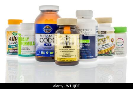 Winneconne, WI - 27 mai 2019: une collection de Mens de multi-vitamines compléments alimentaires sur une base isolée Banque D'Images