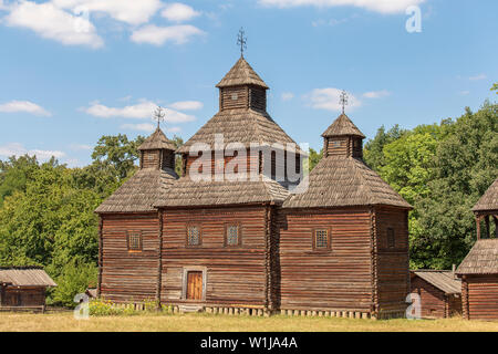 Ancienne église en bois en Ukraine. Eglise orthodoxe ukrainienne traditionnelle ancienne Banque D'Images