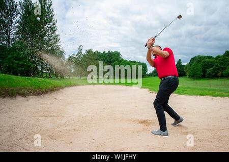 Un golfeur professionnel jouant une partie de golf.
