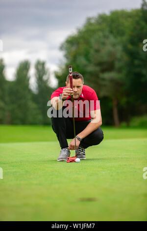 Un golfeur professionnel mise sur le green Banque D'Images