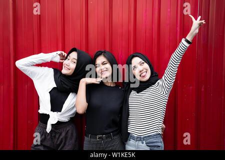 Trois femmes posent debout
