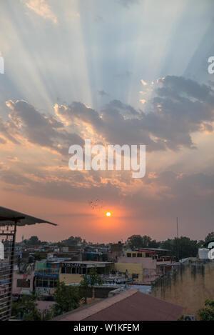 Coucher de soleil sur Kachhpura près de Taj Mahal, Agra, Inde Banque D'Images