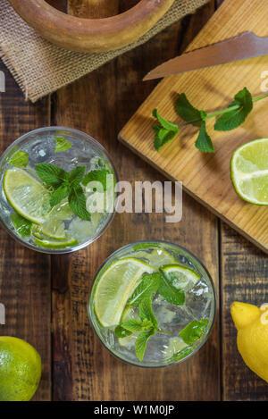 Mojito cocktail sur une table en bois avec son,menthe poivrée ingrédients citron et lime