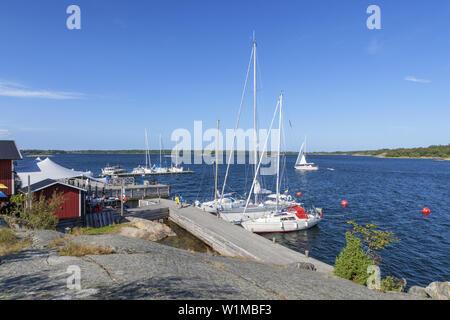 Skaergårdskrog Fejan och konferens par la marina sur l'île du nord de l'archipel de Stockholm, Fejan, Uppland, comté de Stockholm, sud de la Suède, Suède,